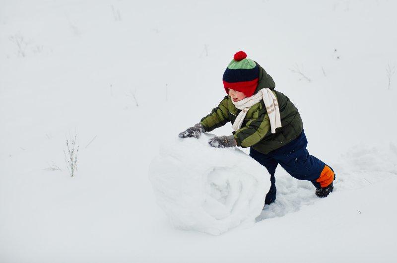 jugar en la nieve con el bebé